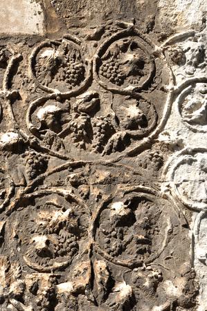 plundering: Detail van de gebeeldhouwde steen met druif