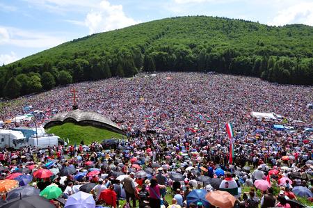 pfingsten: Cs�ksomly�, RUM�NIEN - 7. Juni: Massen der ungarischen Pilger versammeln, um den Pentecost und die katholische Pilgerfahrt am 7. Juni 2014 in Sumuleu Ciuc (Csiksomlyo) feiern, Rum�nien