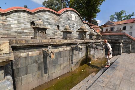 the ancient agora de octubre antigua fuente de piedra ahora daados tras