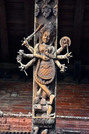카트만두 9 월 29 일 : 2014 년 4 월 25 일에 네팔에 충돌 한 대규모 지진 후 지금 파괴하는 힌두교 사원에 나무 조각. 9 월 29 일에 카트만두 네팔에서