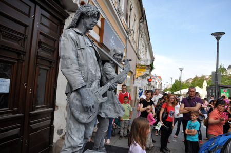 cluj: CLUJ NAPOCA  MAY 24: World Champions called Beeldje Living Statues from Netherland doing a busking mime called Sing along inside the Man.In.Fest during the Cluj Days of Cluj. On May 24 2015 in in Cluj Romania