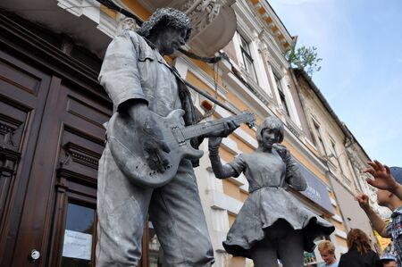 nederland: CLUJ NAPOCA  MAY 24: World Champions called Beeldje Living Statues from Netherland doing a busking mime called Sing along inside the Man.In.Fest during the Cluj Days of Cluj. On May 24 2015 in in Cluj Romania
