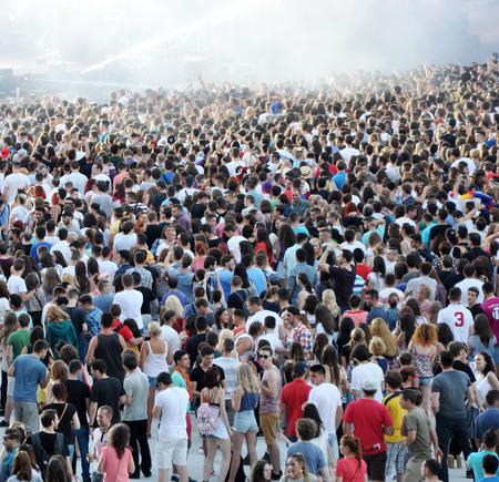 multitud de gente: Cluj Napoca, Rumania - 02 de agosto 2015: Multitud de personas alegres que se divierten en un concierto de David Guetta en vivo en el Festival de Untold Editorial