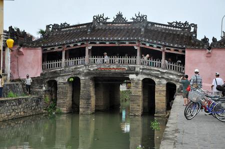 ponte giapponese: Hoi An, Vietnam - 3 MARZO 2013: turisti che visitano il famoso Ponte giapponese nella citt� di Hoi An, un importante porto commerciale sud-est asiatico nel passato Editoriali