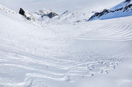 Ski-tracks op de helling in een skiresort