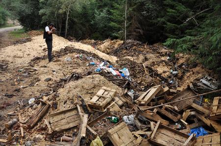 basura: VALEA Ierii, RUMANIA - 15 de septiembre de 2012: Serrín y desperdicios arrojados cerca de un camino forestal en Valea Ierii. Las zonas rurales de Rumania se enfrentan al problema general de la contaminación ambiental Editorial
