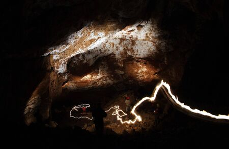 pintura rupestre: pintura de luz en una cueva