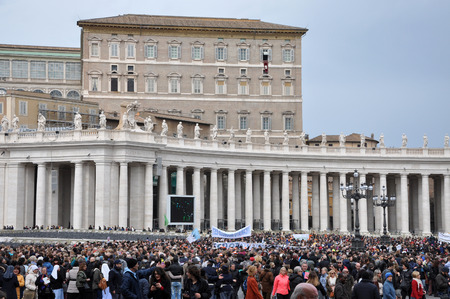 oration: VATICAN - MARCH 13, 2016: Crowd of people waiting for Pope Francis I, to hold the Angelus prayer and speech at the Vatican City