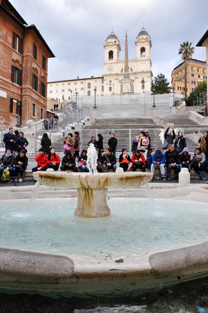spagna: ROME, ITALY - MARCH 14, 2016: Tourists visiting the Spanish square (Piazza di Spagna), one of the major tourist attraction of Rome, Italy Editorial