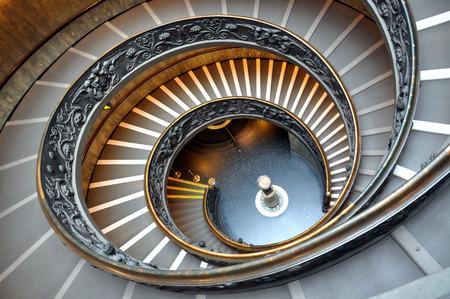 VATIKAN - 15. MÄRZ 2016: Die Wendeltreppe im Vatikan-Museum wird täglich von Tausenden Touristen auf dem Weg des Ausgangs vom Museum besucht Editorial