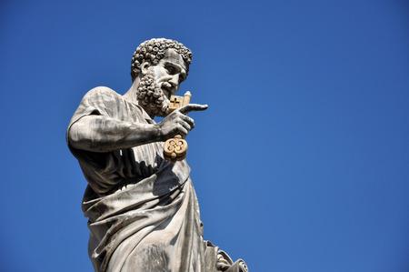 Statue von St. Peter hält einen Schlüssel. Vatikanstadt Standard-Bild - 56002269