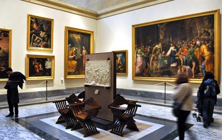 バチカン市国, イタリア - 2016 年 3 月 15 日: 観光客が訪れる世界の最も有名な画家の作品が展示されてバチカン美術館で絵画館アート ギャラリー