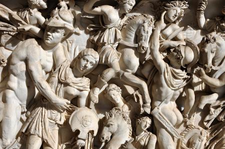 escultura romana: Bas-relief and sculpture of ancient Roman warriors Foto de archivo