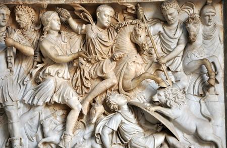 escultura romana: Bajo relieve y la escultura de los antiguos soldados romanos Foto de archivo
