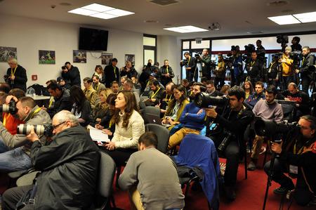 Cluj-Napoca, Rumänien - 26. März 2016: Journalisten, arbeiten Fotografen und Medienvertreter während einer Pressekonferenz vor dem Spiel Rumänien gegen Spanien