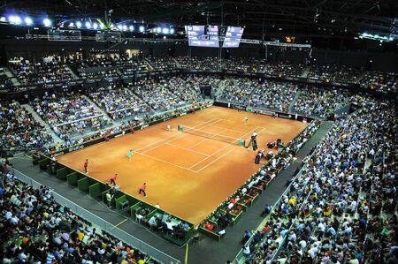 Cluj-Napoca, Rumanía - 17 de abril de 2016: Multitud de personas que apoyan a sus favoritos durante un partido de tenis de la Copa Federación en la Copa Mundial de play-off, Rumania vs Alemania Foto de archivo - 55333778