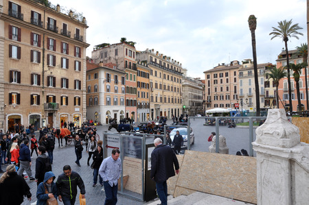 fontana: ROME, ITALY - MARCH 14, 2016: Tourists visiting the Piazza di Spagna (Spanish square), the Spanish Steps and the Fontana della Barcaccia in Rome