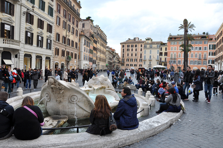 spagna: ROME, ITALY - MARCH 14, 2016: Tourists visiting the Piazza di Spagna (Spanish square), the Spanish Steps and the Fontana della Barcaccia in Rome