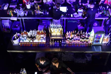 Cluj-Napoca, Rumanía - AGOSTO 4, 2016: Multitud de personas que asisten a Fratelli Eventos Sociales bar y comprar bebidas durante el Festival no contada. Fratelli es uno de los bares más selectos en Rumania