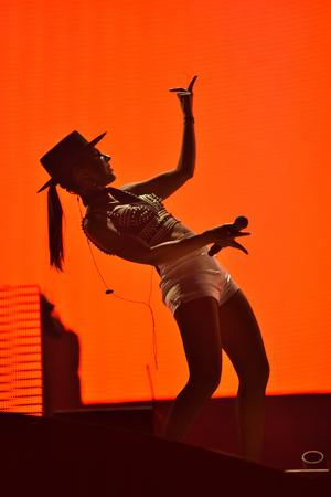personas festejando: Cluj-Napoca, Rumanía - 7 de julio, 2016: El cantante Cleo Pantera de Parov Stelar banda cantando en vivo en el escenario en el Festival de Untold
