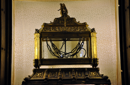 vincoli: ROME, ITALY - MARCH 16, 2016: The reliquary contains the chains of Saint Peter in San Pietro in Vincoli (Saint Peter in Chains) church Editorial