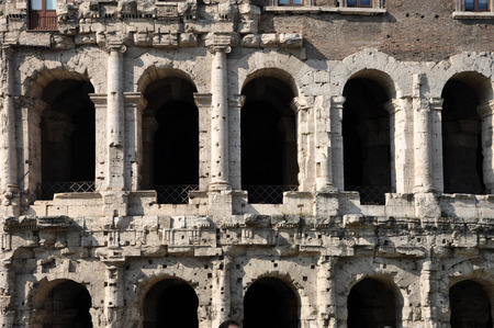 arcos de piedra: Ancient Roman architectural details. Carved stone arches