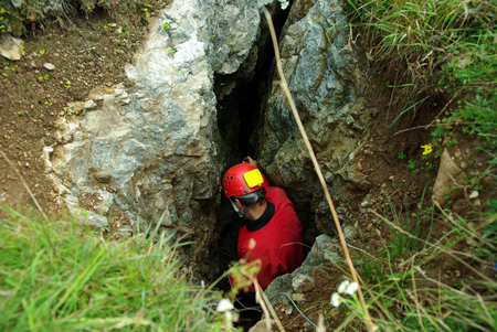Caver は洞窟に降りる。洞窟探検は極端なスポーツ 写真素材