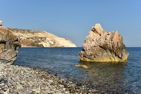 Le rocher d'Aphrodite, lieu de naissance de la déesse Aphrodite en fin d'après-midi. Petra tou Roumiu, Chypre Banque d'images - 81038592