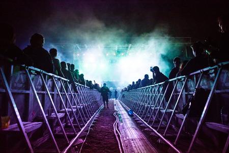 personas festejando: BONTIDA, RUMANIA - 14 DE JULIO DE 2017: NERO realiza un concierto en directo EDM en la etapa principal del festival Electric Castle