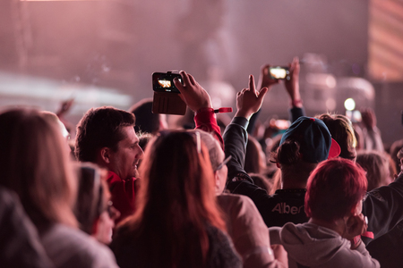 aplaudiendo: BONTIDA, ROMANIA - JULY 7, 2015: Crowd of cheering people with arms outstretched partying at an EDM concert performed by Duke Dumont at Electric Castle festival