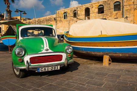 MARSAXLOKK, MALTE - 23 AOUT 2017: Old Morris voiture garée dans le port de Marsaxlokk. Les voitures anciennes sont souvent utilisées à l'époque moderne à Malte