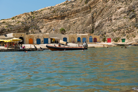 DWEJRA, MALTA - AUGUST 22, 2017: The Inland Sea (Qawra, Dwejra), is a lagoon of seawater on the island of Gozo linked to the Mediterranean Sea through an opening formed by a narrow natural arch Imagens - 85671532