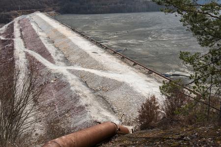 廃湖の障壁。汚染された金と銅鉱山の搾取残り、有毒な水および泥。ガマナの洪水村、ロシアモンタナ、ルーマニア 写真素材