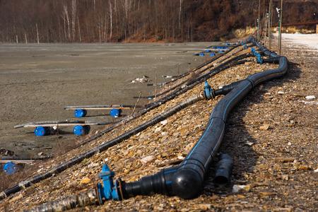 廃棄物湖バリア。汚染された金と銅鉱山開発残差、有毒水や泥。Geamana 殺到村、ロジア モンタナ、ルーマニア 写真素材