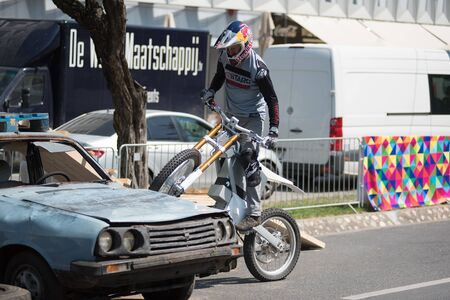 CLUJ, ROMANIA - JUNE 16, 2019: Legendary motorcyclist Chris Pfeiffer stunt riding doing a demonstration with a BMW electric motion bike at Sports Festival Banque d'images - 137810024