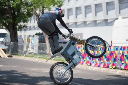 CLUJ, ROMANIA - JUNE 16, 2019: Legendary motorcyclist Chris Pfeiffer stunt riding doing a demonstration with a BMW electric motion bike at Sports Festival Banque d'images - 137810041