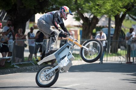 CLUJ, ROMANIA - JUNE 16, 2019: Legendary motorcyclist Chris Pfeiffer stunt riding doing a demonstration with a BMW electric motion bike at Sports Festival Banque d'images - 137810059