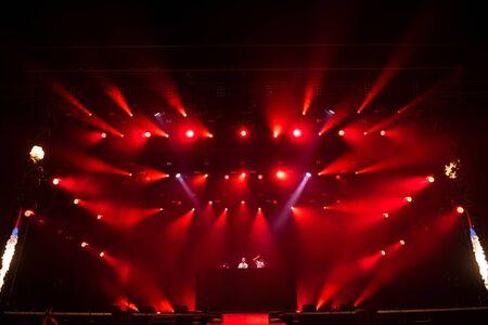 BONTIDA, RUMANIA - 19 DE JULIO DE 2019: Banda británica de DJ de drum and bass Sigma mezclando en vivo en el escenario durante un concierto en el festival Electric Castle Editorial