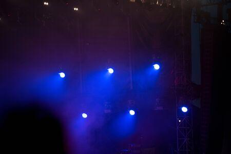 Luces del escenario azul en el festival de música Foto de archivo