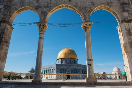 JERUSALEM, ISRAEL - MAY 16, 2018: Non muslim tourists visiting the Dome of the Rock Islamic Shrine on the Temple Mount in the Old city of Jerusalem, Palestinian Territories Редакционное
