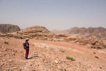 Traveler woman trekking in the desert   of Petra, Jordan Imagens