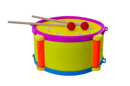 Tambour avec un instrument de musique de bâtons enfants isolés sur un fond.