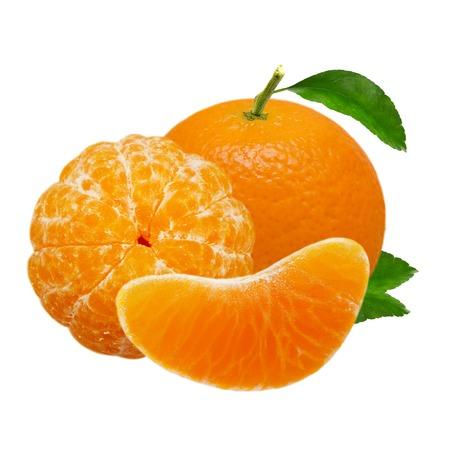 Mandarijn oranje die vruchten op witte achtergrond met het knippen van weg worden geïsoleerd