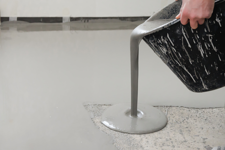 Self-leveling epoxy. Leveling with a mixture of cement floors. Stok Fotoğraf