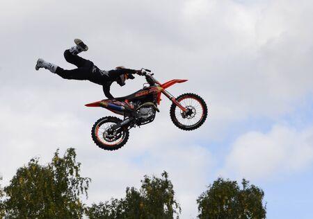 Leistung des Stunt-Motorradfahrers am Tag der Stadt Tscheljabinsk, Russland. Standard-Bild