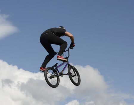 Performance of stunt cyclists on the Day of the city of Chelyabinsk. 写真素材 - 132061428