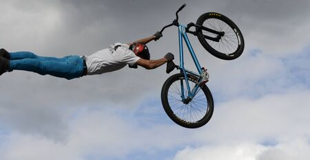 Performance of stunt cyclists on the Day of the city of Chelyabinsk. 写真素材 - 132061326