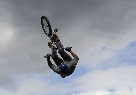 Performance of stunt cyclists on the Day of the city of Chelyabinsk. 写真素材 - 132061183
