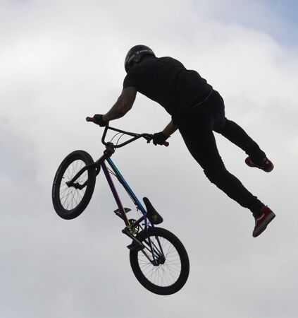 Performance of stunt cyclists on the Day of the city of Chelyabinsk. 写真素材 - 132061676