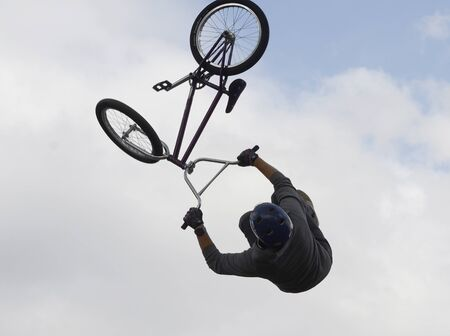 Performance of stunt cyclists on the Day of the city of Chelyabinsk. 写真素材 - 132061638